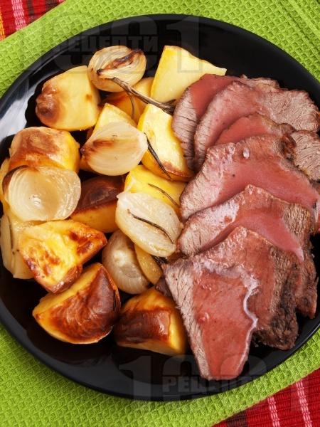 Печено телешко месо от шол с розмарин и картофи на фурна с винен сос - снимка на рецептата